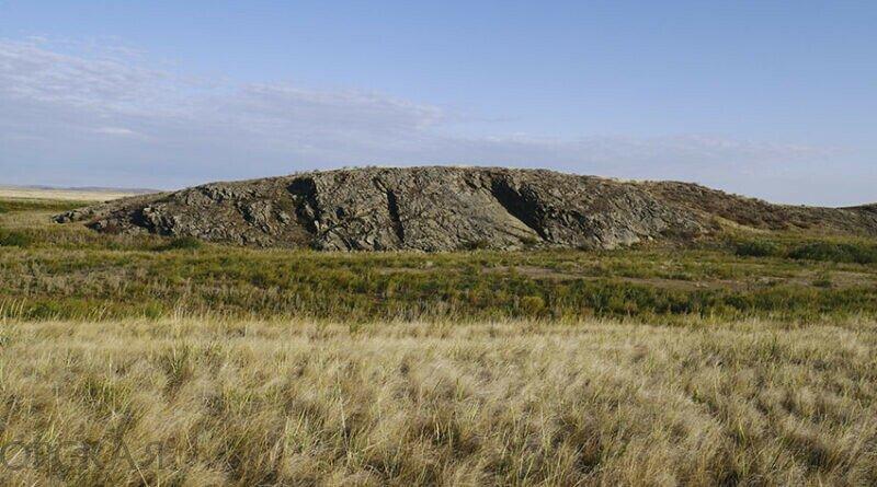 Большой Кульминский утес на реке Малая Караганка заметно выделяется в окружающем ландшафте