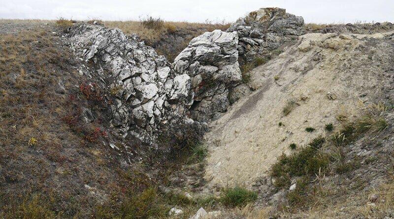 Каменная стенка, напоминающая сердце. За ней скрывается вход в пещеру